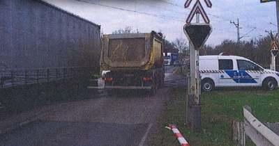 Kamionra csukódott a sorompó Komáromnál, a tehervonatnak is fékeznie kellett