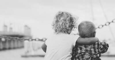 Elképesztő mit tett a hároméves kislány a testvérével, miután anyjuk túladagolta magát