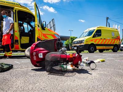 Borzalmas tragédia: Halálra gázoltak egy rokkantkocsival közlekedő asszonyt Kecelen + Fotók