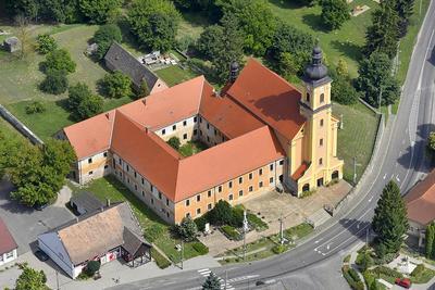 Bazilikai rangot kap egy apró hazai község temploma