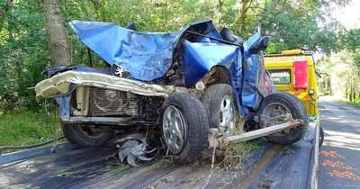 Feszítővágó segítségével emelték ki a baleset után mindhárom személyt