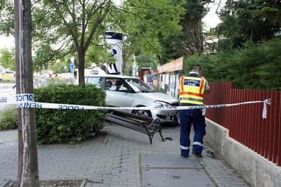 Borzasztó, padon ülő nőt és gyerekeit gázolta el egy autós Budapesten