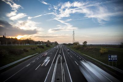 Állami tulajdonú gyorsforgalmi utakon, és változatlanul hagyott díjért fogunk autózni