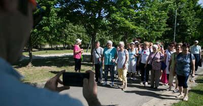 Száznál is több nyugdíjas sétált az egészségért Kecskeméten