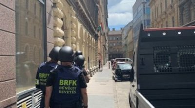 Fegyverrel fenyegetőzött Krisztián a belvárosban: a TEK az ajtót és az ablakot isrárúgta - Fotó