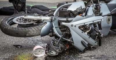 Kisteherautó alá szorult egy motoros Gánt közelében