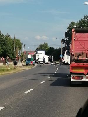 Busz ütközött kisteherautóval Mezőörsnél, egy ember meghalt, sokan megsérültek