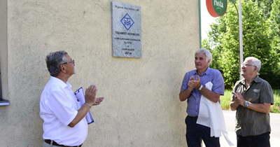 Emléktáblát avattak a szolnoki Vegyiművek lakótelepen