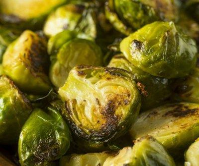 A sült zöldség, amiért a húsevők is sorban állnak a grillpartin: ragacsos kelbimbónyárs