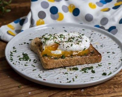 Exkluzív reggeli 3 perc alatt, fillérekből buggyantott tojás fűszeres pirítóssal videó