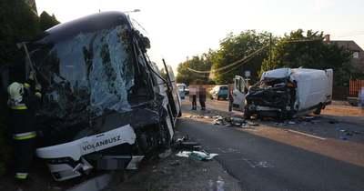 Halálos baleset a 81-esen – Busz és kisteherautó ütközött frontálisan Mezőörsnél, teljes az útzár – fotók