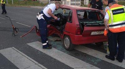 Brutális képek jöttek: tűzoltók vágták ki a roncsból a sofőrt: taxival ütközött a kis Peugeot