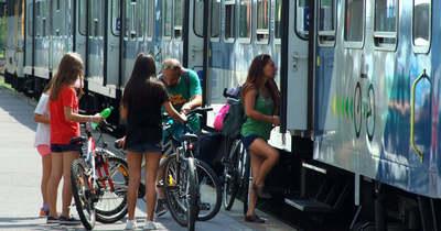 Életbe lépett a nyári menetrend, több vonat és busz jár a Balatonhoz