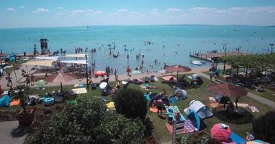 Tombola a nyár a Balatonnál: Teltház van a strandokon, zsúfoltak a parkolók és az utak