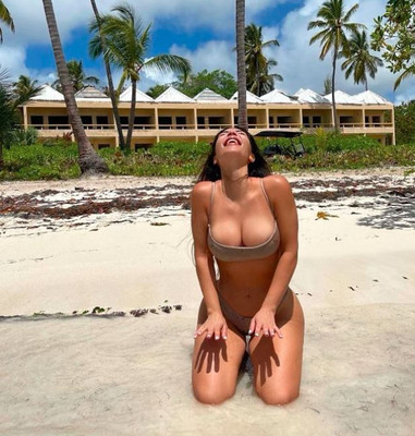 Nedvesen pózol Kim Kardashian: nagyon szexi ebben a bikiniben - Fotó