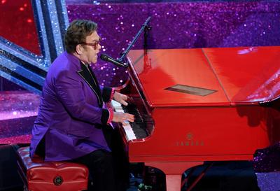 Több tízmillióért kelt el Elton John papírra írt dalszövege, amit Diana temetésén adott elő