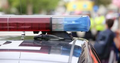 Szalagkorlátnak csapódott egy autó a 4-es főúton