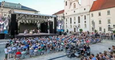 A Kárpát-medence táncaival telt meg a győri Széchenyi tér – Sok-sok fotó