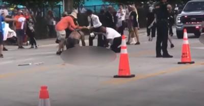Emberek közé hajtott egy autós a floridai melegfelvonuláson, halálos áldozat is van - videó