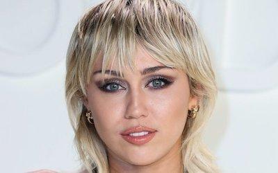 Miley Cyrus fürdőruhára vetkőzött – nála ez a visszafogott viselet