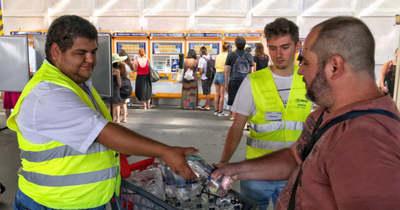 Vizet osztanak a vasútállomásokon a kánikula idején