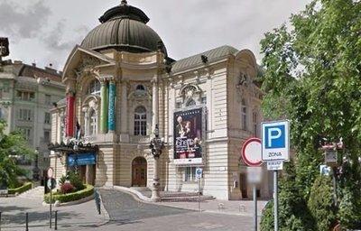 Most érkezett: szombat este a Vígszínház tetejéről a mélybe zuhant egy férfi