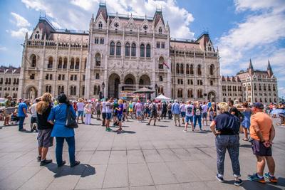 Néhány tucat oltásellenes tüntet a Parlament előtt Doktor Gődény vezetésével