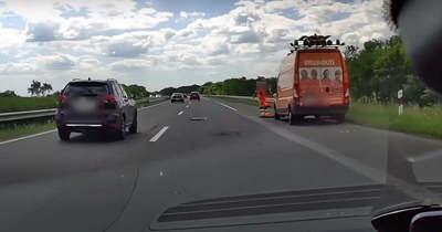 Hátborzongató videó: a csúcsforgalom közepén kátyúzott a melós az M3-ason