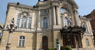 Kritikus állapotban van a Vígszínház tetejéről lezuhant férfi