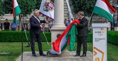 Ünnepi keretek között avatták fel a Győr-keresztet a városháza előtt – Fotók, videó