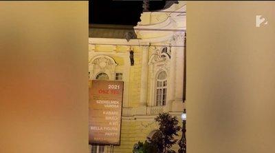Megrázó felvétel: így zuhant a mélybe egy fiatalember a Vígszínházról – 18+ videó