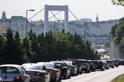 Újabb sávokat vett el az autósoktól Karácsony Gergely, hatalmas káosz és dugó Budapesten