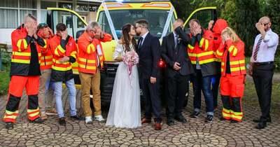 A szerelemet ünnepelték a szirénák Tatabányán – íme a mentős pár romantikus története