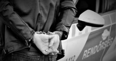 Gyomorforgató kínzás: a szülők előtt szurkálta meg gyereküket egy tatabányai betörő