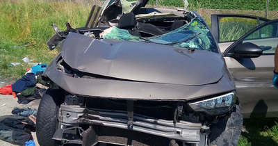 Helyszíni fotók: migránsokkal teli kocsival csapódott kamionba az M1-esen az embercsempész