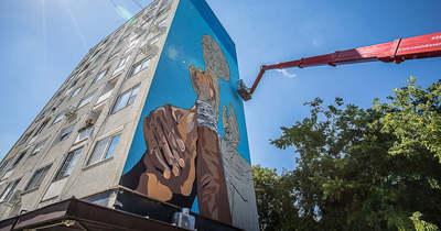 Óriásgraffitit fújnak egy veszprémi tízemeletesre