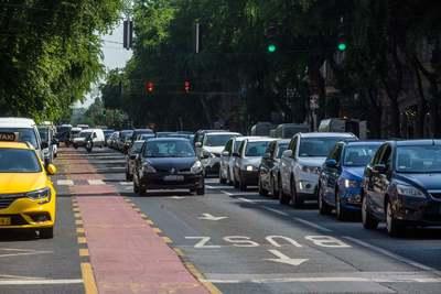 Elegük van a budapesti autósoknak, közel egy órával megnőtt az átlag menetidő
