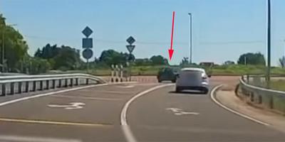 A belső sávban közelített a körforgalomhoz a 67-es úton, amit látott, arra nincs magyarázat - videó