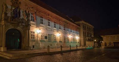 Ria, Ria, Hungária! – Nemzeti színekben pomázik a fehérvári Városháza