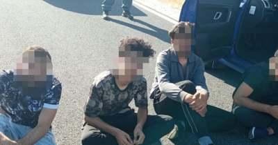 Egy embercsempészt és négy illegális migránst fogtak el a rendőrök kedden