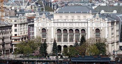 Egyre többen vannak! Öntudatlan zombik lepték el Budapest belvárosát – Fotó!