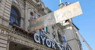 Óriásfestményt emeltek be a Városháza épületébe Győrben – fotók