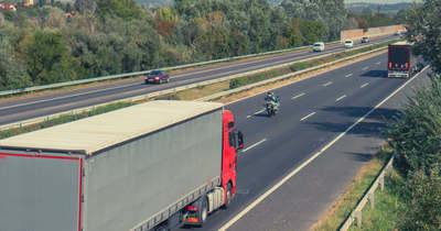 """""""Többször fordulni költséges lenne"""" – Erősen túlsúlyos teherautókat kapcsolt le a NAV az M1-es autópályán"""