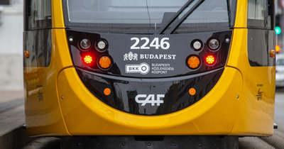 Egy autó ütközött a villamossal a Vígszínháznál, a szokásosnál is nagyobb a káosz – Fotó