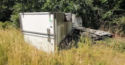 Hűtőautó rohant a fák közé Sárvár közelében
