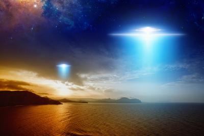 Biztos, hogy földönkívüliek voltak: lebegő, fényes pontokat kaptak lencsevégre az égen - Videó