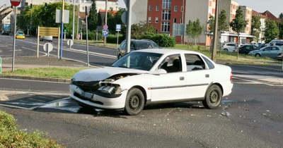Körforgalomban ütközött két autó Szombathelyen