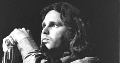 Megdöbbentő fotó: Így néz ki Jim Morrison sírja, magyar sztárpár járt ott
