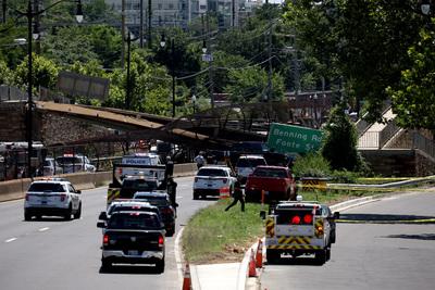 Összeomlott egy gyalogoshíd Washingtonban, több ember megsérült