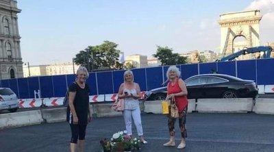 Ezeket az asszonyokat Karácsony sem tudja megállítani: A Lánchídnál mindig volt virág, ezért most hoztunk!